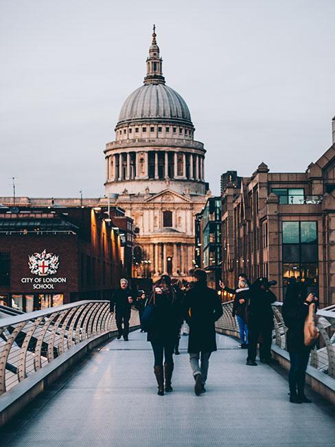 Most Millenium Bridge w Londynie na tle Katedry św Pawła