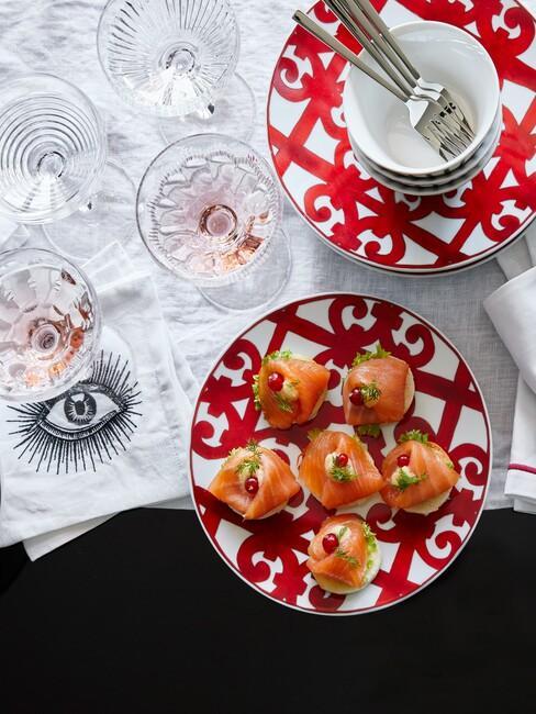 Czerwono - biały talerzyk z małymi przekąskami na imprezę