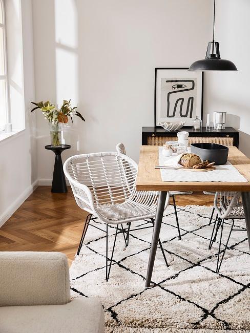 niewielka jadalnia z szarymi ażurowymi krzesłami w stylu skandynawskim