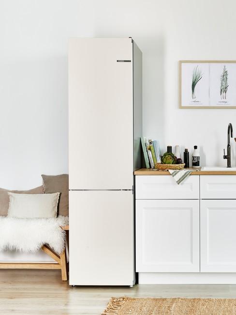Skandynawski salon z aneksem kuchennym oraz fragmentem sofy