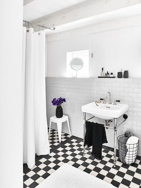 Łazienka z prysznicem z zasłonką, w czarno - białe płytki na podłodze