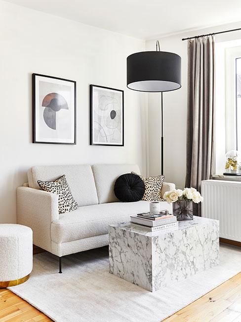 Mały salon z szarą sofą z aksamitu i dekoracjami i tekstyliami w czerni