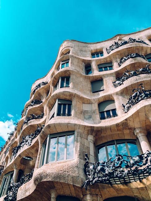 Zbliżenie na jeden z budynków Gaudiego na pasażu Garcia