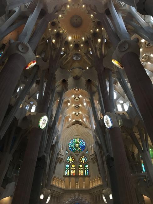 Wnętrze kościoła La Sagrada Familia