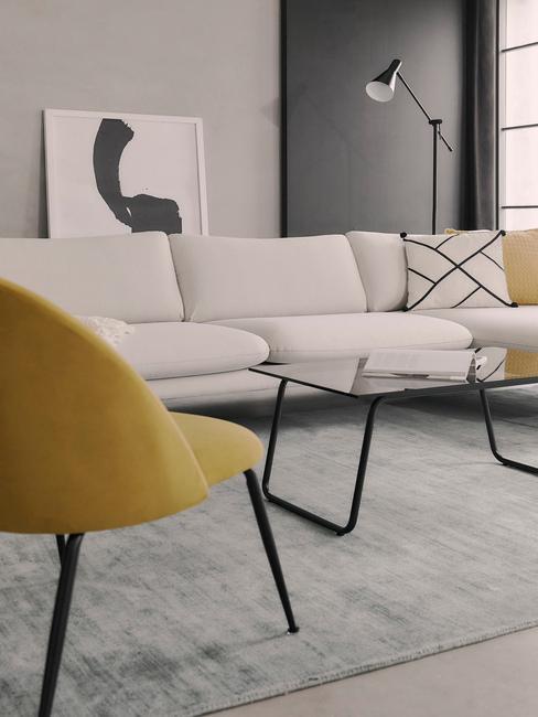 Nowoczesna aranżacja z białą sofą, żółtym krzesłem i czarnymi dekoracjami