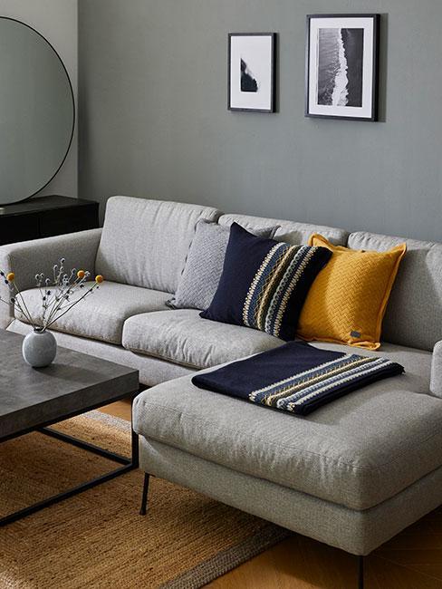 Szara sofa narośna z żółtą i granatową poduszką