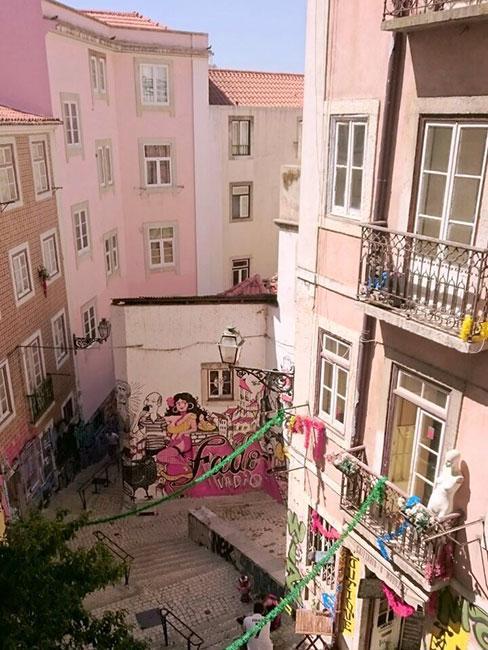 Różowy zaułek w Alfamie w Lizbonie