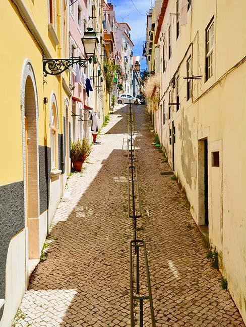 Stroma słoneczna uliczka w Lizbonie