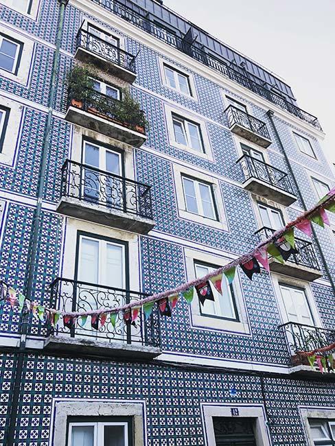 Kamienica w Lizbonie z niebieskimi płytkami azulejos