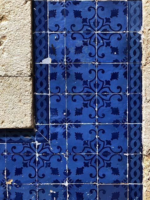 Zbliżenie na niebieskie płytki azulejos
