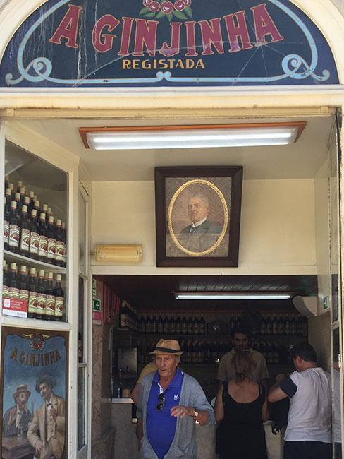 Sklepik w Lizbonie sprzedający wino porto