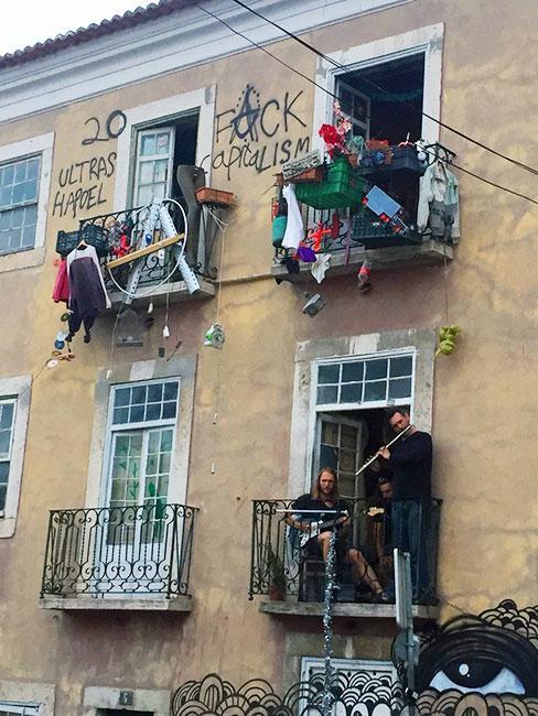Muzycy grające z balkonu w lizbońskiej Alfamie
