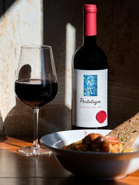 Portugalskie wino obok przekąsek i chleba