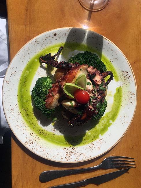 Grillowana ośmiornica w restauracji Azenhas do Mar w Portugalii