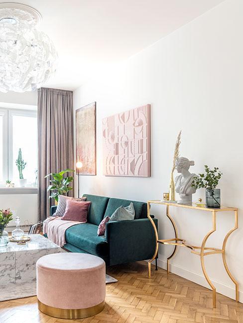 Mały pokój dzienny z zieloną sofą i różowymi meblami i tekstyliami w stylu glamour