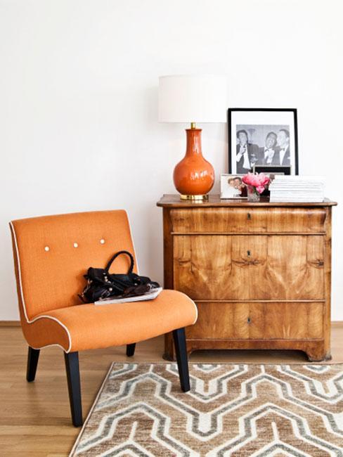 Pomarańczowy tapicerowany fotek i komoda z pomarańczową lampą w stylu lat 60.