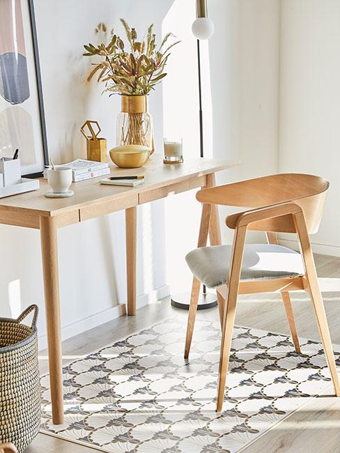 Małe biurko z jasnego drewna z podobnym krzesłem w stylu skandynawskim