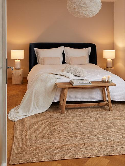 mała sypialnia z białą pościelą i meblami z naturalnego mebla i dywanem z juty