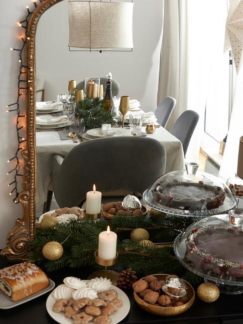 Lustro na ścianie w którym odbija się zastawiony stół na przyjęcie świąteczne