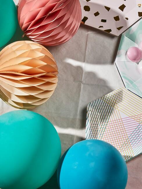 Zbliżenie na papierowe dekoracje na baby shower