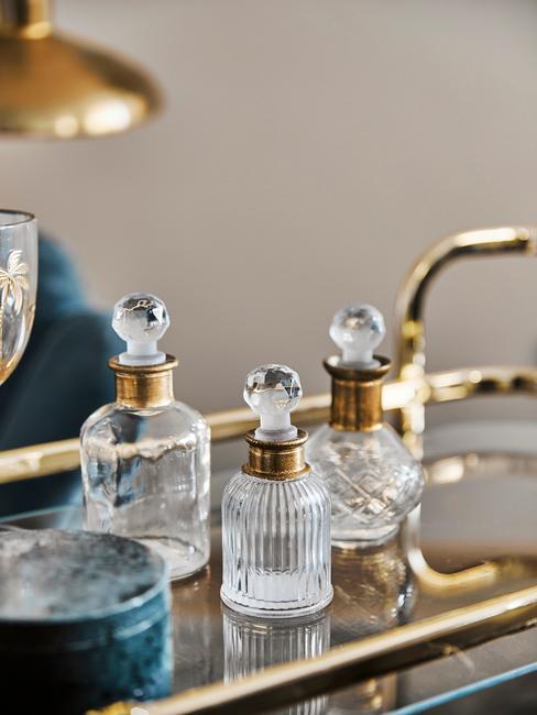 Złoty barek na kółkach ze szklanymi buletkami na alkohol