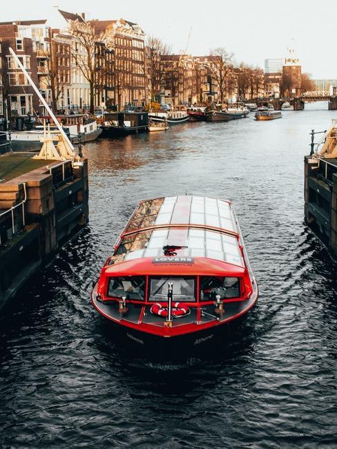 Łódka przepływająca przez kanał w Amsterdamie