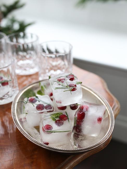 Kostiki lodu z żurawiną i rozmarynem na srebrnej tacy