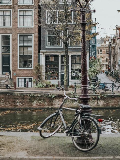 Zdjęcie kanału w Amsterdamie