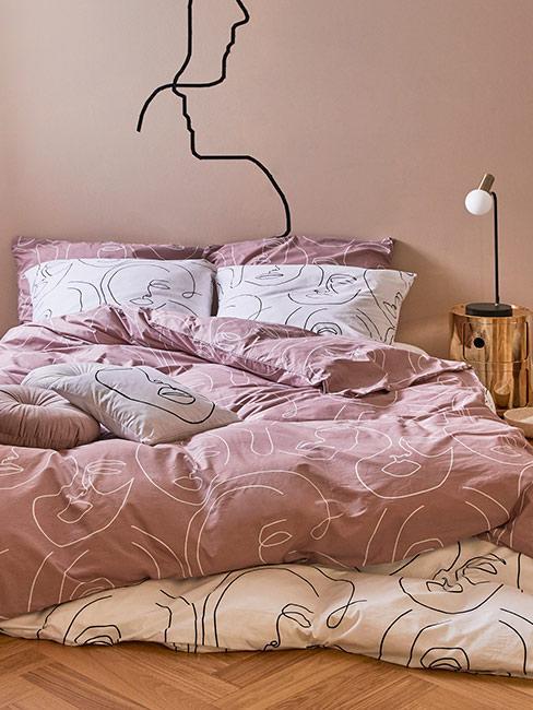 sypialnia w zgaszonym różu z motywem rysunkowym
