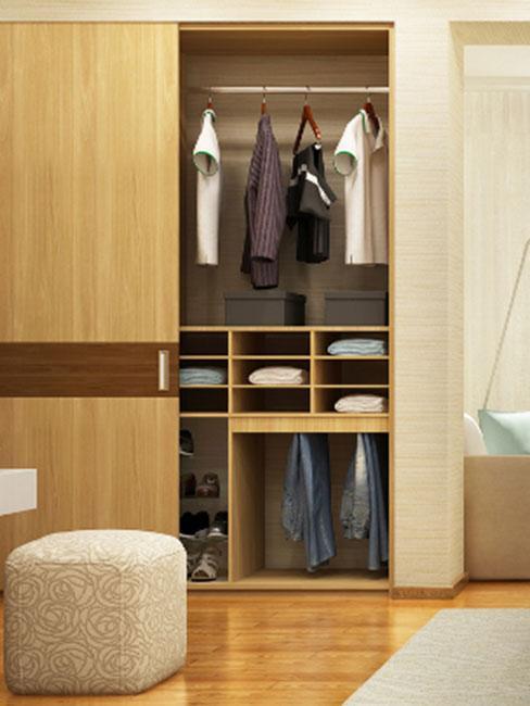 obserna szafa zabudowana z jasnego drewna w sypialni