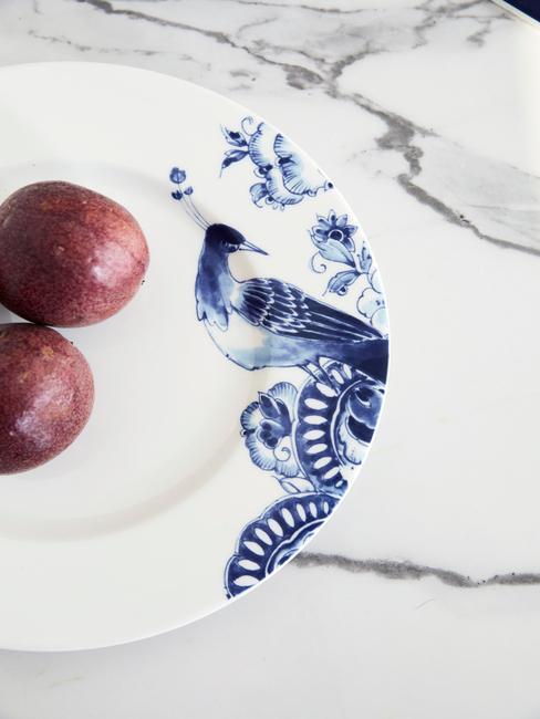 Zbliżenie na biały talerz ze wzorem z Delftu
