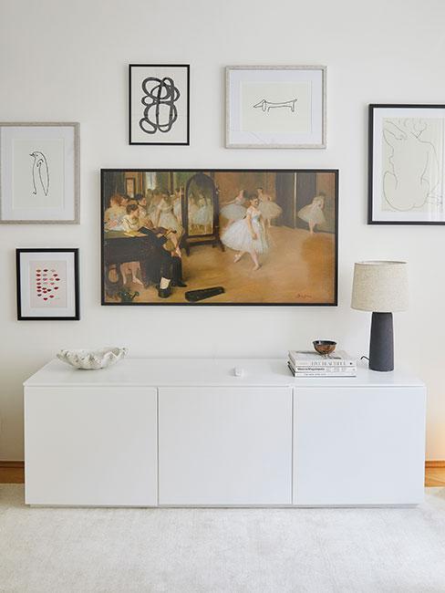 ściana telewizyjna z obrazami