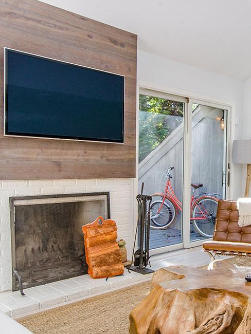 ścianą z płaskim telewizorem nad kominkiem
