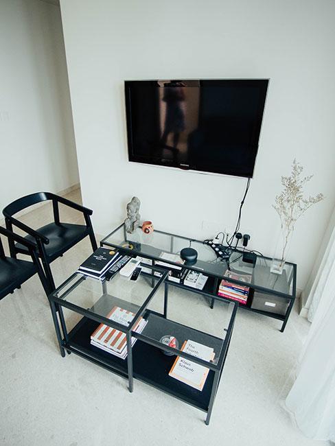 plaski telewizor na ścianie w minimalistycznym salonie w czerni i bieli