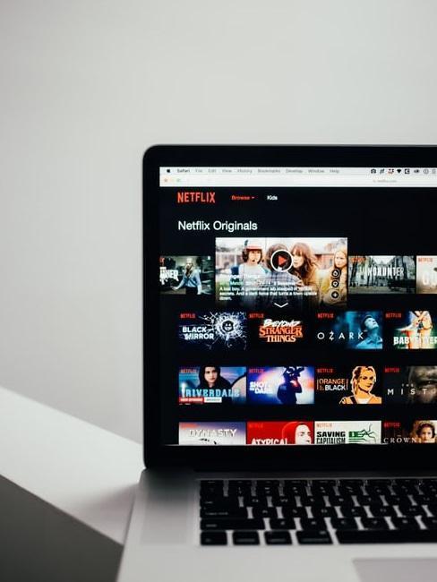 Ujęcie laptopa z aplikacją Netflixa