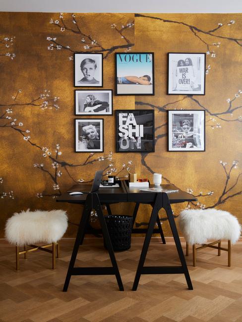 nowoczesną jadalnia z tapetą w kolorze musztardowym ze wzorem kwitnącej wiśni z e zdjęciami w oprawkach