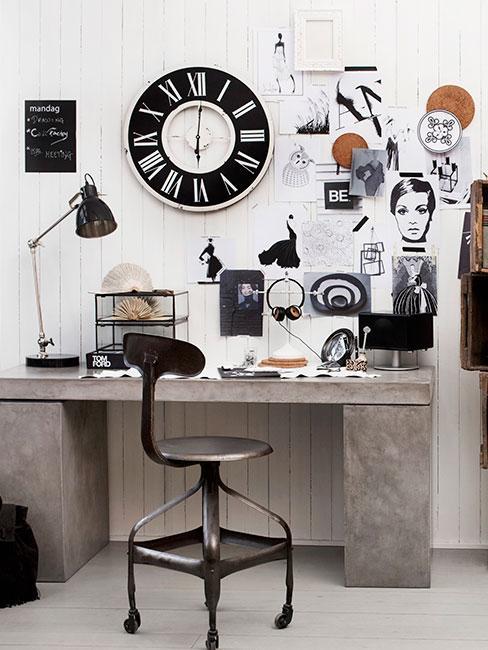 Biurko w stylu nowoczesnym z wycinkami z magazynu i zdjęciami na ścianie