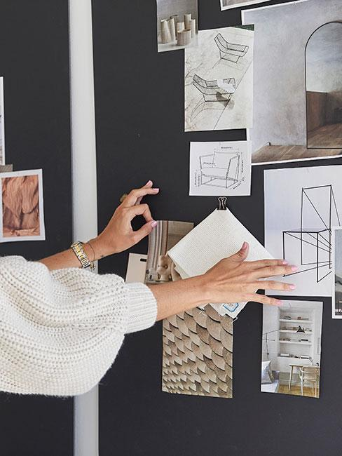 kobieta przy czarnej tablica tworząca moodboard wnętrza