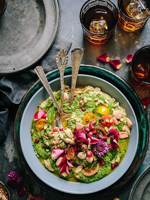 miska z sałatka z kolorowymi warzywami na rustykalnym stole