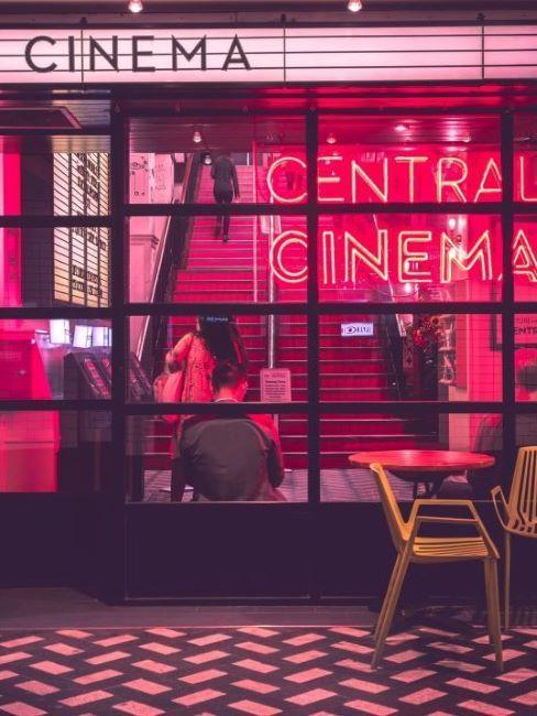 Podświetlone czerwonymi neonami staroświeckie wejście do kina