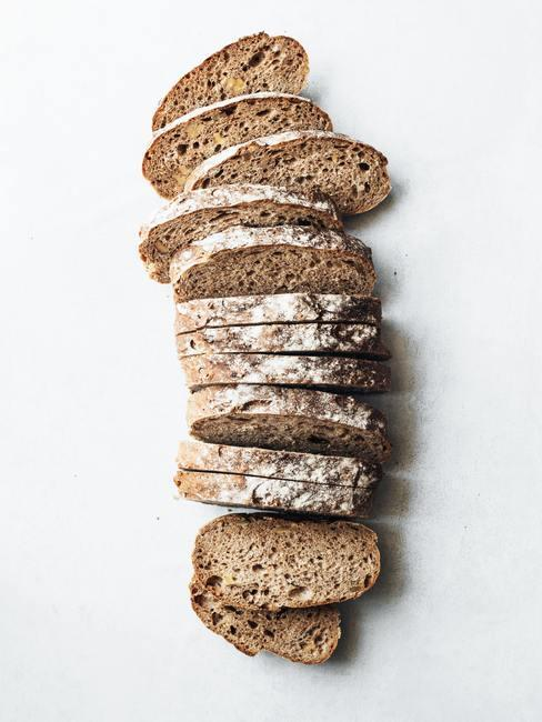 chleb drożdzowy pokrojony na kromki