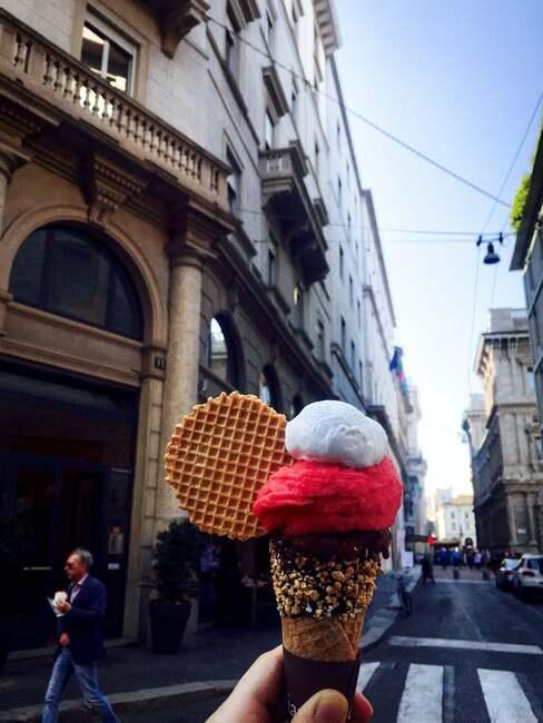 Lody jedzone na ulicy w Mediolanie