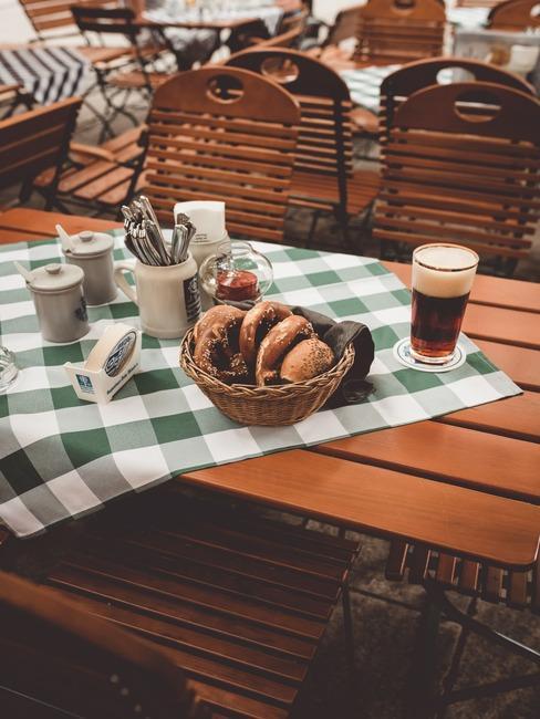 Drewniany stół w ogródku piwnym w Monachium