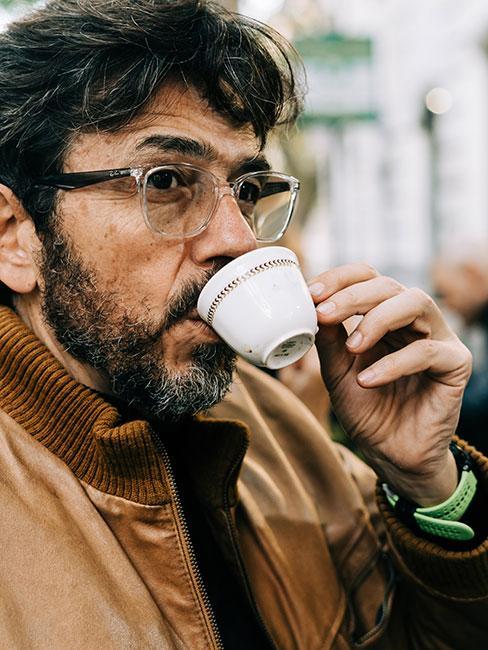 Rzymianin pijący espresso