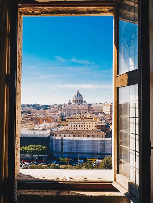 Zdjęcie Panteonu, który widać z otwartego okna w hotelu