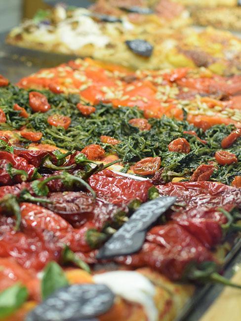 Rzymska pizza w kawałkach