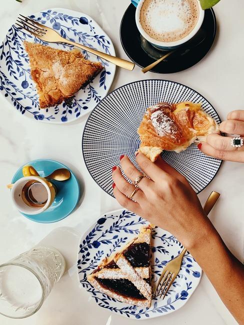 Cornetto oraz ciasto crostata na talerzykach