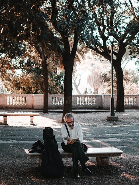 Rzymianin siedzący na ławce w parku
