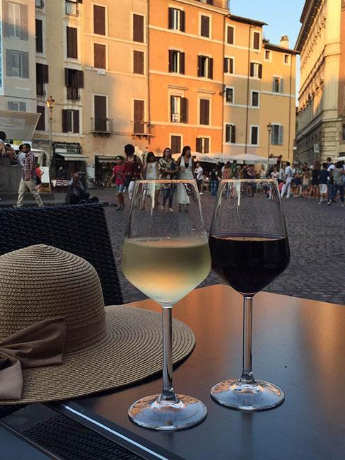 Zbliżenie na dwa kieliszki z winem na rzymskim placu