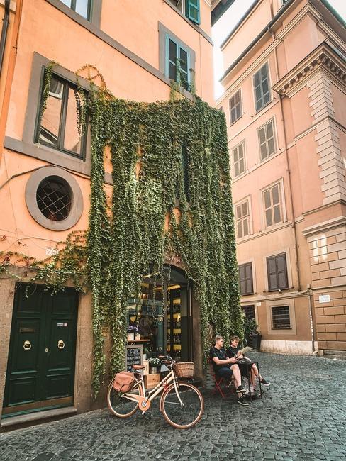Mała kawiarnia w budynku, na którego fasadzie znajduje się bluszcz